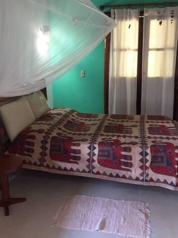 Suite 1  com varanda e vista do jardim.  Bbedroom 1  with private bathroom and varanda with a view on the garden.