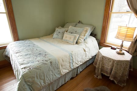Heartwood Farmhouse Private Rm #1 - Bethel