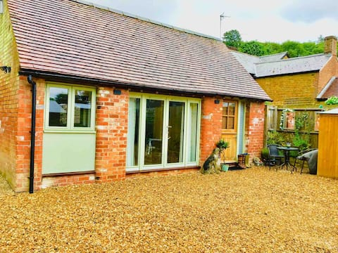 Moat Barn in stunning countryside & dog friendly