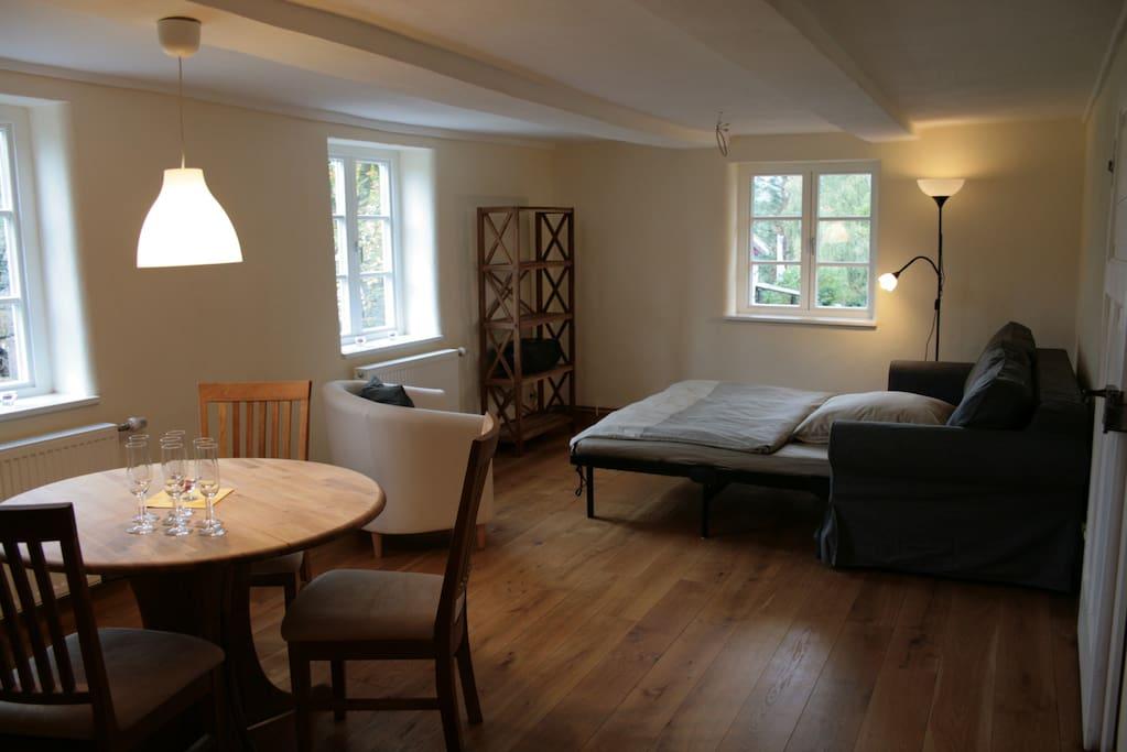 Wohnzimmer mit ausgeklappter Schlafcouch