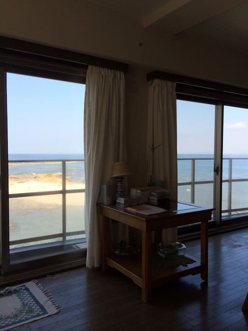 大きな窓からは一面海の眺めが入ってきます。