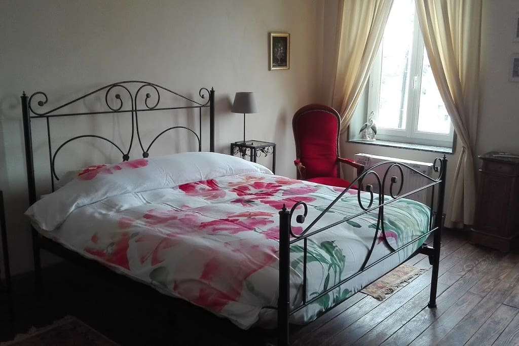 Chambre rouge rode kamer houses for rent in viviers for Chambre french translation