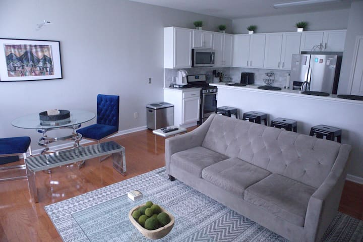 Urban Chic Townhome - Close to Battery and Airport