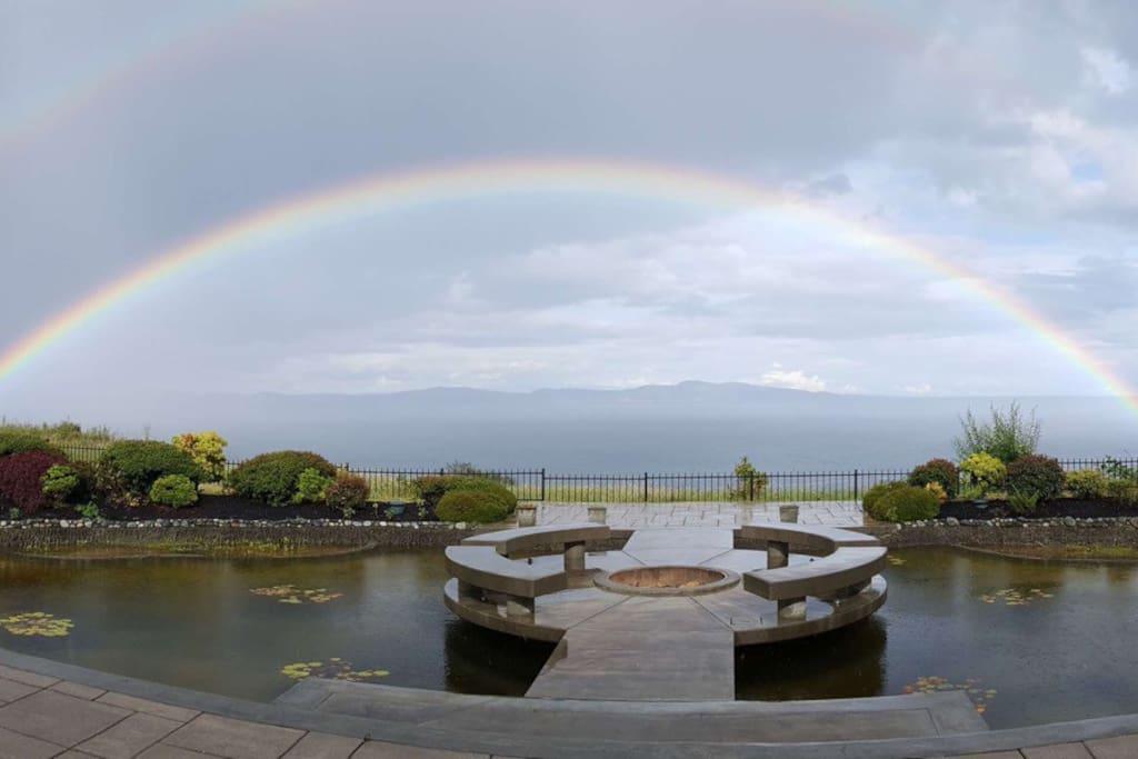 雨过天晴双杠彩虹从海面上升起。