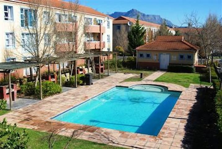 Sunny comfortable room in serene complex - Cape Town