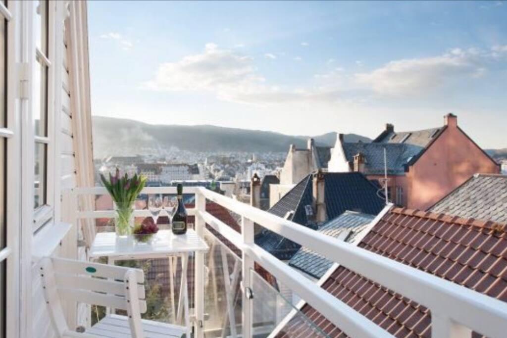 Altan med utsikt over Bergen by.