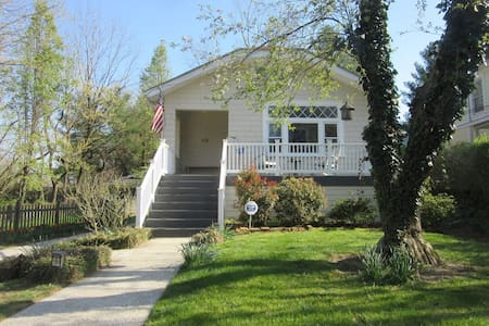 Apple Tree Cottage- 3rd Ave- Walk Downtown!