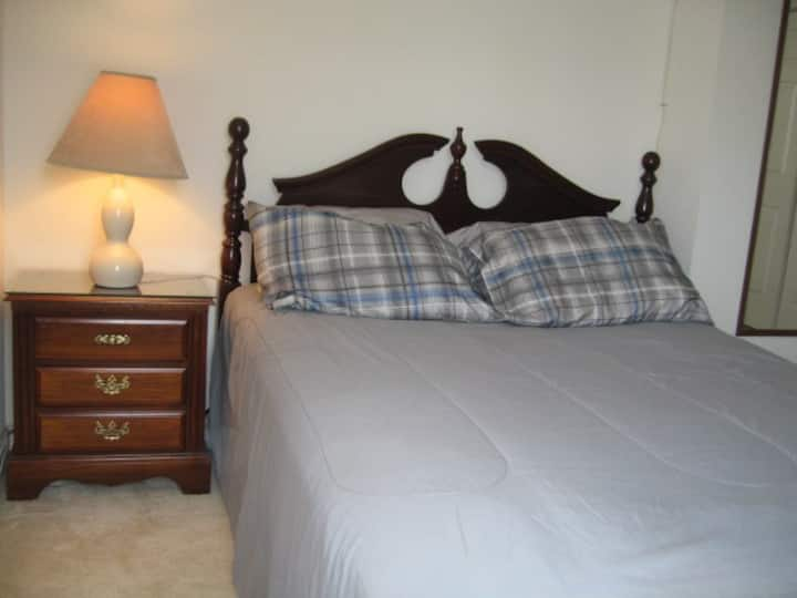 "Private Room & BathR, 49"" TV, WiFi, 32 Miles to DC"