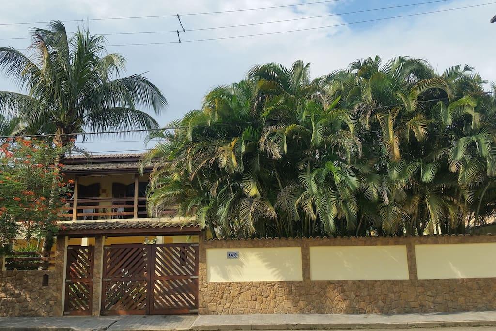 Frente da casa. Da para entender por que nome é Casa das Palmeiras, né?