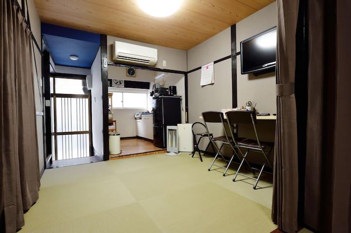 Entrance and kitchen 玄關和廚房 (1st floor 一樓)