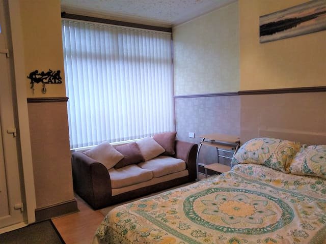 LARGE DOUBLE ROOM IN FAMILY HOME