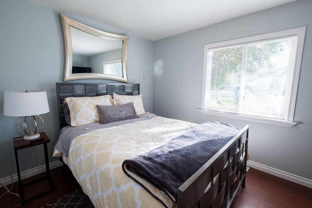 bedroom, queen temperpedic mattress, cozy!