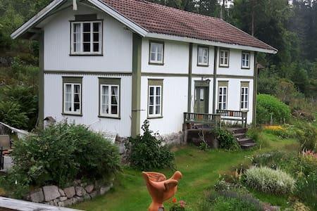 Gamlehuset på idylliske Sprove. - Nome