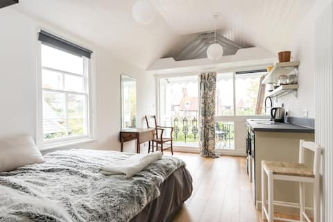 Central Lewes loft studio  apartment with balcony
