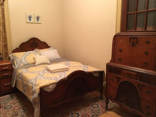 Antique Yellow Bedroom at Historical Mansion - Wauwatosa - Talo