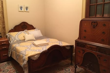 Antique Yellow Bedroom at Historical Mansion - Wauwatosa - บ้าน