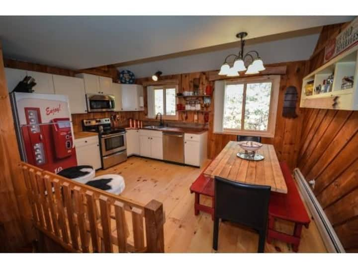 Bear's Den - Mt Snow Townhome w/ Ski Home Trail!