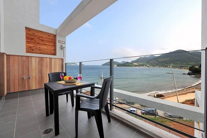 바다가 훤히 보이는 전창과 화이트&블랙의 모던한 복층 401호 객실