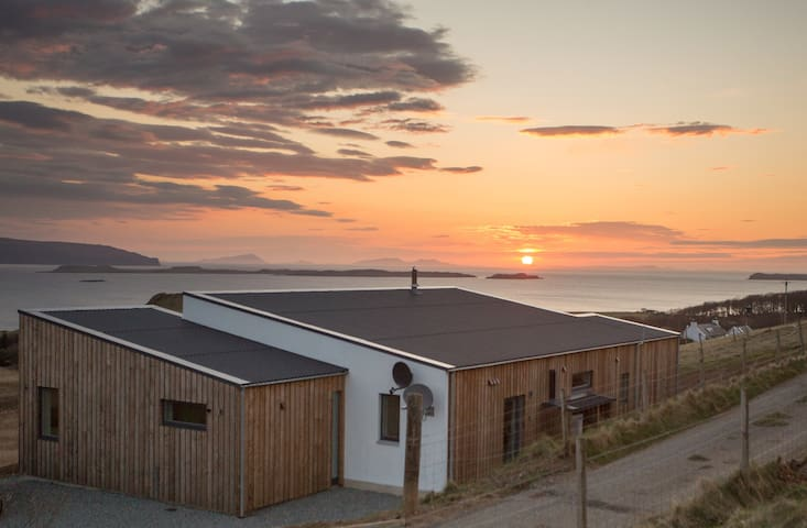 Stunning sunsets in spacious luxury - Waternish - Huis
