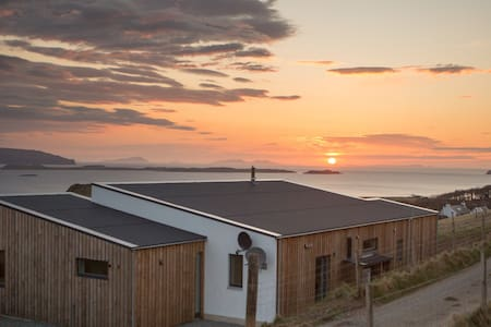 Stunning sunsets in spacious luxury - Waternish