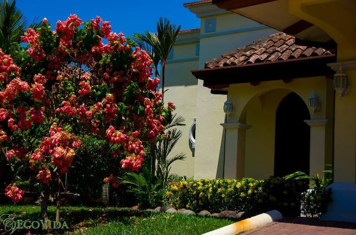 Casa Cozy - Huge community pool and close to beach