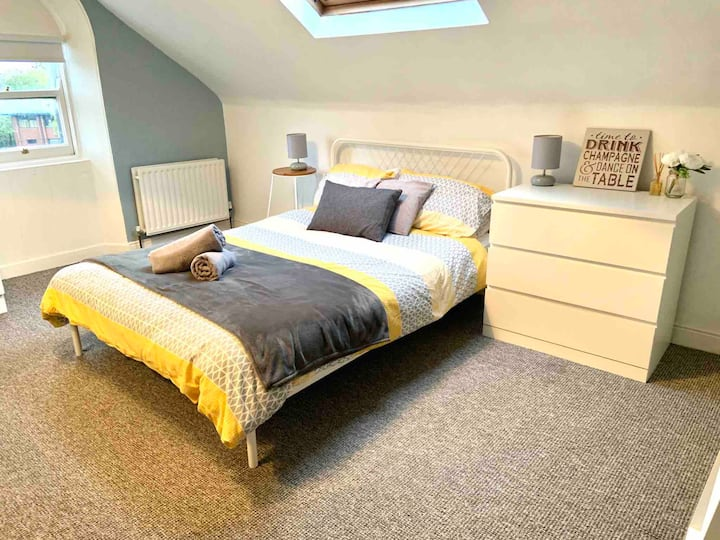 1 bed apt 15-20 min walk to vibrant Cathedral Qtr