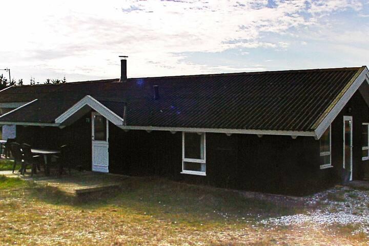 Spazioso cottage a Hvide Sande con piscina
