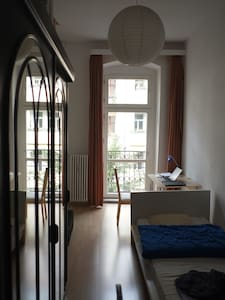 Nice and simple room with a desk for one person - Berlin