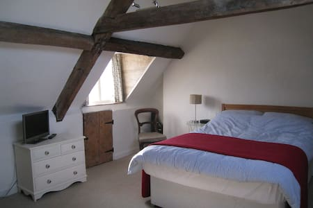 Light and spacious attic bedroom - Corsham