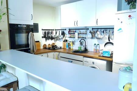 Une chambre; Salon cuisine & sdb commune - Pechbonnieu