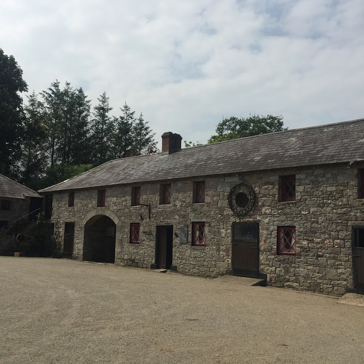 Charming Farmhouse Retreat - Ideal Country Getaway