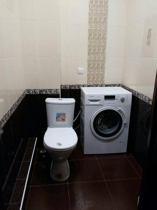 Стиральная машина с загрузкой на 5 килограмм белья, так же найдете здесь средства для уборки дома