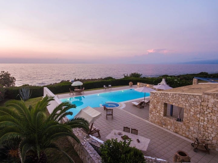 Villa Stella : Luxurious seaboard Villa in Greece