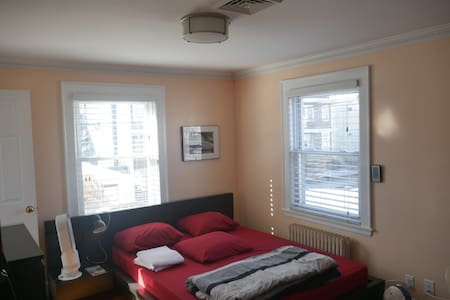 Sunny, well lit Spacious, modern & clean apartment - Somerville - Departamento