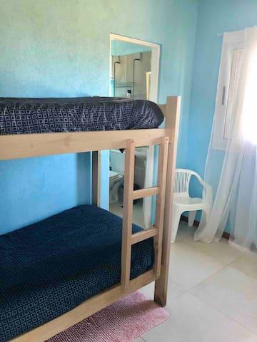 Dormitorio con baño completo, y salida directa al Deck. Este dormitorio con dos literas cómodas; tiene entrada independiente compartiendo la misma con lavadero.