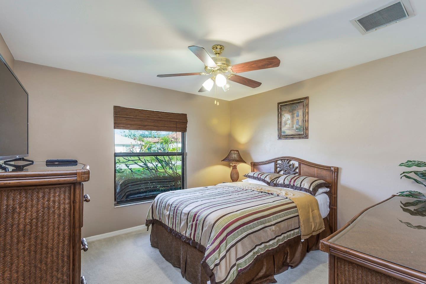 Family-friendly getaway w/private pool - close to beaches and parks