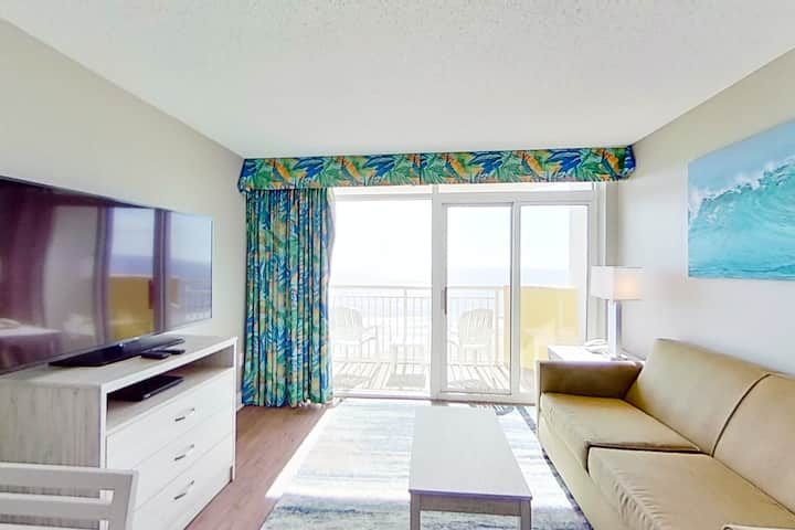 8th floor ocean view condo w/ shared hot tub, shared pool, free WiFi, central AC