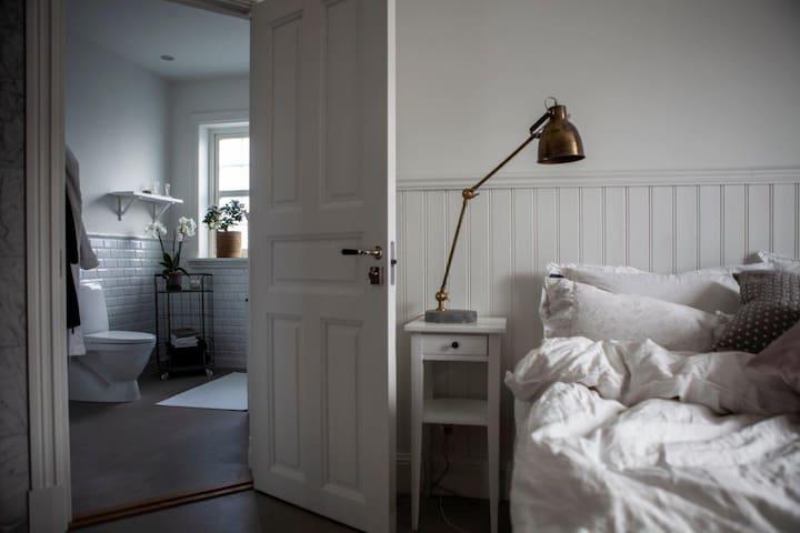 Sovrum nedervåning med eget badrum