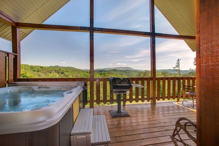 Cozy, dog-friendly cabin w/ private hot tub & sweeping mountain views
