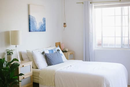 Sunny Studio Blocks from the Beach! - Los Angeles - Appartement