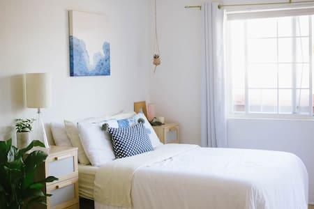 Sunny Studio Blocks from the Beach! - Los Angeles - Apartment