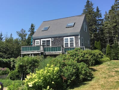 Charming Carriage House. Great Ocean Views!