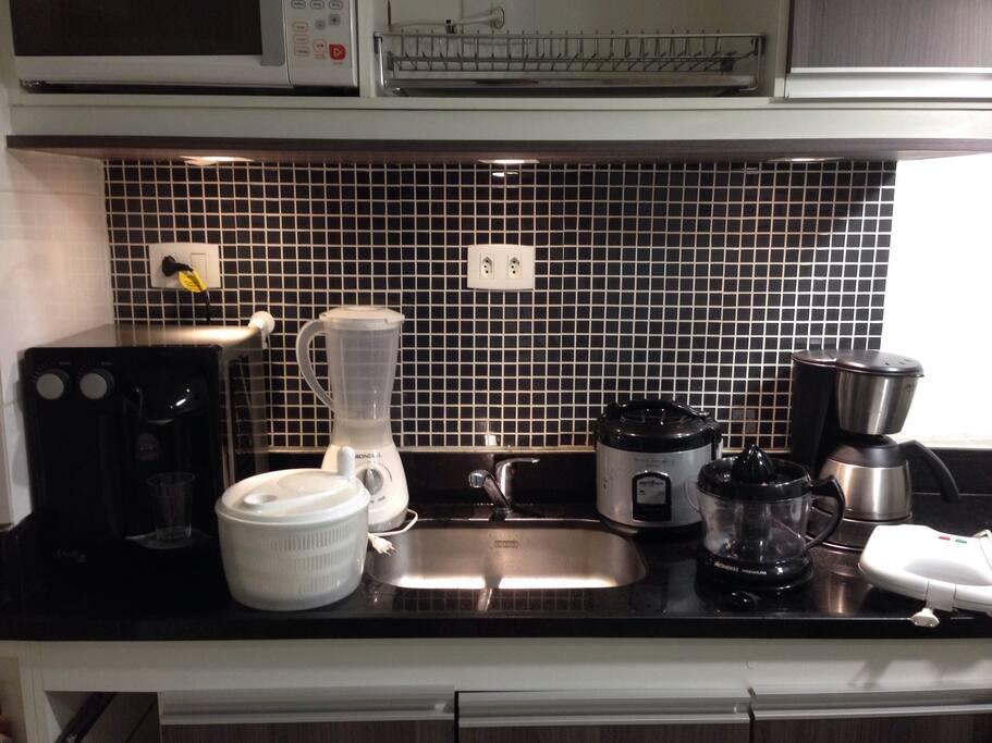 Filtro soft com água gelada, liquidificador, cafeteira, espremedor de frutas, sanduicheira, panela elétrica de arroz, cafeteira elétrica, centrífuga de saladas.