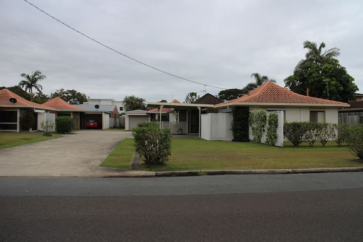 Romantic home away from home close to the river. - Maroochydore - Villa