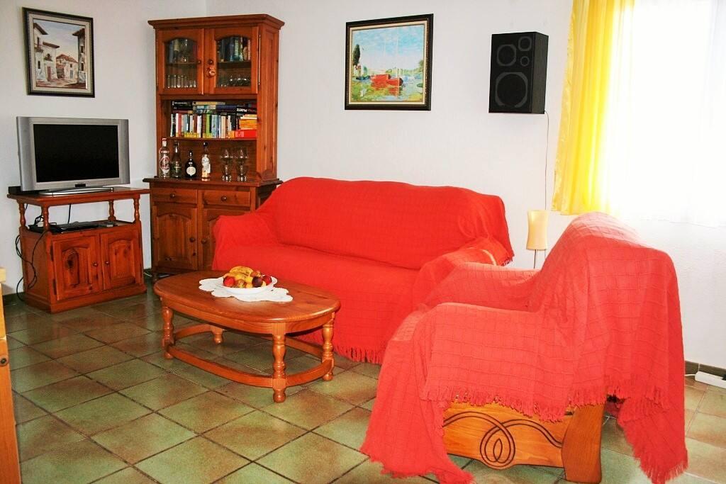 Wohnzimmer mit Klimaanlage und Deckenventilator