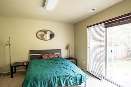 Private downstairs bedroom in huge Snoqualmie Home