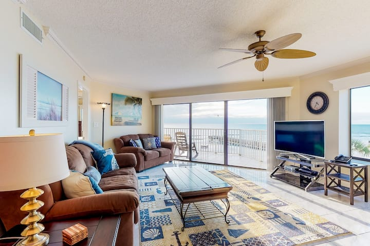 Sunny, beachfront condo w/shared pool, access to beach/attractions