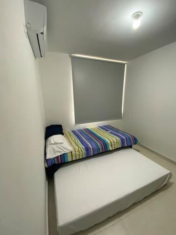 Habitación con dos camas sencillas