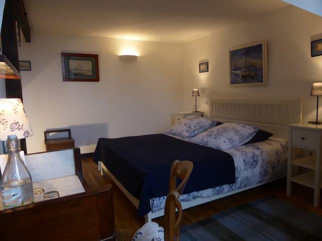 Chambre au calme dans une longère bourguignonne - Lindry - House