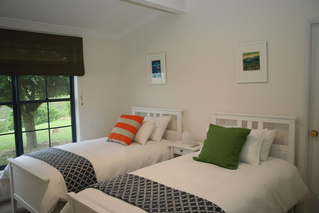 Barrington Room - 2 single beds, with lovely district views, bathroom with bath, a/c